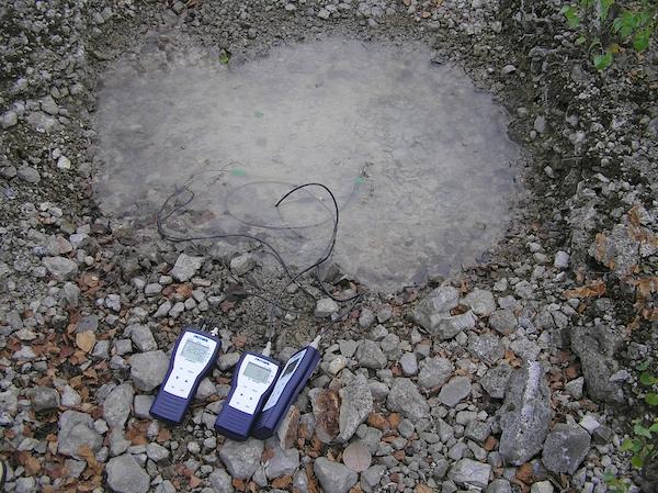 Kleine Tümpel auf industrietypischem Untergrund können extreme hydrochemische Werte erreichen.